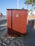 供以人员妇女在小屋的wc象在海滩西班牙 免版税库存照片