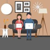 供以人员妇女夫妇bussy工作在膝上型计算机坐的长沙发椅子客厅 免版税库存图片