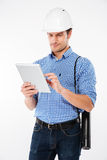 供以人员安全帽身分的建筑工程师和使用片剂 免版税库存照片