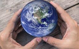供以人员对负全球性在手,这个图象用装备的b的元素上 免版税库存图片