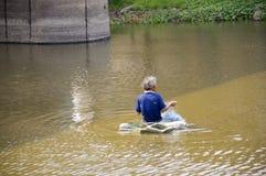 供以人员工作亚洲地方的渔夫熔铸在运河的网 库存照片