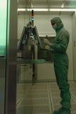 供以人员工作在洁净室在JCS Avangard,圣彼德堡 库存照片