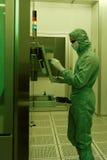 供以人员工作在洁净室在JCS Avangard,圣彼德堡 免版税图库摄影