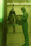 供以人员工作在洁净室在JCS Avangard,圣彼德堡 库存图片