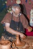 供以人员工作黏土在à 维拉的中世纪市场上 免版税库存照片