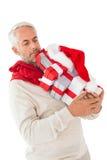 供以人员平衡许多圣诞节礼物在他的手上 免版税库存照片