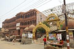 供以人员并且运输在街道上在古庙附近在沃林达文印度 免版税库存照片