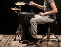 供以人员弹一个djembe鼓和铙钹在黑背景 免版税库存图片