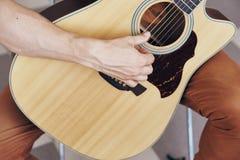 供以人员弹吉他,乐器,音乐,音乐家,特写镜头,手 免版税库存图片