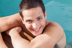 供以人员微笑在水池的边缘 库存照片