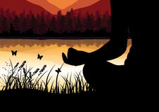 供以人员思考在上面的坐的瑜伽位置在云彩上的山在日落 禅宗,凝思,和平,传染媒介illustrat 库存照片