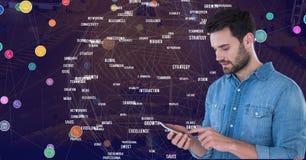 供以人员感人的电话反对有连接器的夜城市 免版税库存图片