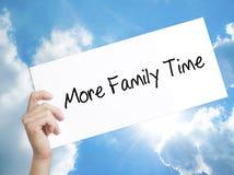 供以人员手举行纸与文本更多家庭时间 在whi的标志 库存照片