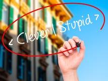 供以人员手写聪明-愚笨与在视觉scr的黑标志 库存照片