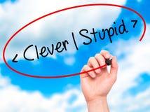 供以人员手写聪明-愚笨与在视觉scr的黑标志 库存图片