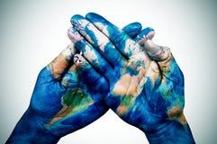 供以人员手仿造与世界地图(装备由美国航空航天局) 库存照片