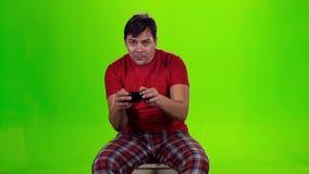 供以人员打与一个无线电设备的电子游戏 慢的行动 股票视频