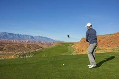 供以人员打在一个美好的风景沙漠高尔夫球场的高尔夫球 免版税库存照片