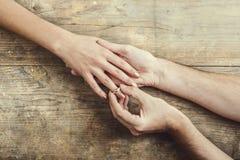 供以人员投入在订婚对他的妇女 免版税库存图片