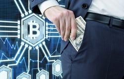 供以人员投入美金在口袋, bitcoin 免版税库存图片