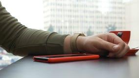 供以人员抹smartwatch触摸屏幕和检查功能 股票视频