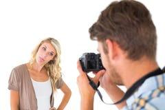 供以人员拍伸出她的舌头的他的女朋友照片  免版税库存照片