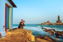供以人员拍摄日落在离科摩林角的附近海岸  免版税库存照片