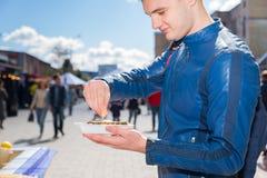 供以人员拿着一只唯一新鲜的被打开的牡蛎并且紧压柠檬 免版税库存照片