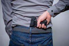 供以人员拿着一杆枪在他的手上准备好对射击 图库摄影