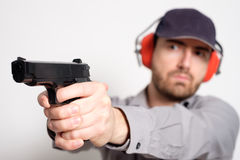 供以人员拿着一杆枪在他的手上准备好射击 图库摄影