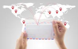 供以人员拿着信封和电子邮件与世界社会媒介网络c 免版税库存照片