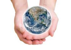 供以人员拿着在她的手、南部和北美上的地球 美国航空航天局装备的这个图象的元素 免版税库存照片