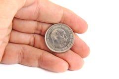 供以人员拿着50比塞塔的一枚老西班牙硬币手 免版税库存图片