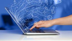 供以人员按笔记本有乱画象云彩sym的便携式计算机 库存照片