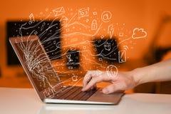 供以人员按笔记本有乱画象云彩sym的便携式计算机 免版税库存图片