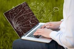 供以人员按笔记本有乱画象云彩sym的便携式计算机 免版税图库摄影