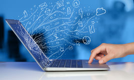 供以人员按笔记本有乱画象云彩sym的便携式计算机 免版税库存照片