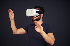 供以人员接触某事用佩带虚拟现实glas的两只手 免版税图库摄影