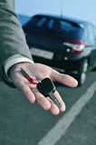 供以人员提供汽车钥匙为观察员 库存照片