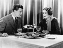供以人员提供的食物给一名妇女在餐馆(所有人被描述不更长生存,并且庄园不存在 供应商warrantie 库存照片