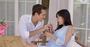 供以人员提出婚姻给有圆环的妇女 库存图片