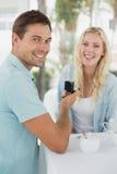 供以人员提出婚姻给他的震惊白肤金发的女朋友 免版税库存照片