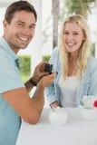 供以人员提出婚姻给他的震惊白肤金发的女朋友 库存照片