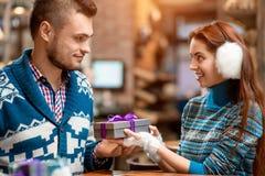 供以人员提出提案给咖啡馆的女朋友 免版税库存照片