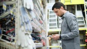 供以人员搜寻在五金店的必要的工具 股票视频