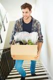 供以人员搬入新的家庭运载的箱子楼上 免版税库存照片