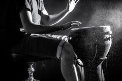 供以人员播放djembe,非洲鼓,音乐概念,在阶段的美好的照明设备 图库摄影
