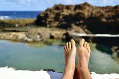 供以人员放松在海水一个自然水池  图库摄影