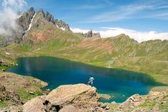 供以人员敬佩山的一个美丽的湖 库存图片