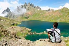 供以人员敬佩山的一个美丽的湖 免版税库存图片